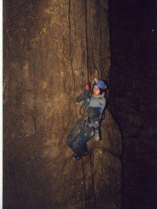 Павел Демидов в колодце со щелью февраль 2000 г.