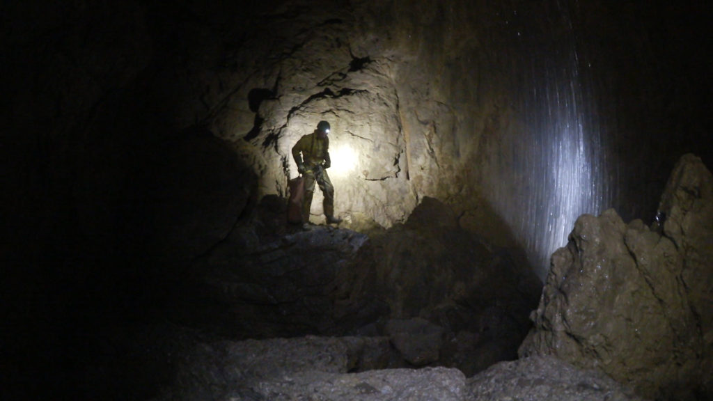 Развилка в сухую часть в пещере Верёвкина глубина 2100 м